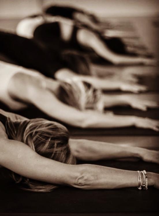 les yogi en posture de l'enfant, appelée aussi Balasana en sanskrit